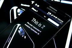 Iphone 7 en Home Page del funcionario de la manzana Fotografía de archivo libre de regalías