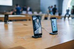 IPhone 8 en iPhonese wordt tentoongesteld en in de officiële Apple-opslag verkocht stock afbeeldingen