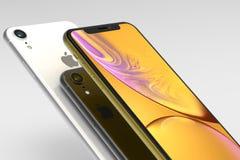 3 iPhone Gelbe, silberne und des Raumes graue intelligente Telefone XR auf Weiß