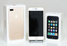 Iphone 3gs και iphone 7 unboxing κουτί από χαρτόνι Στοκ Εικόνες