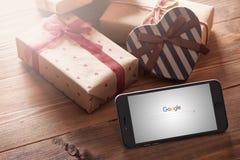 Iphone 6 más entre las regalo-cajas Fotografía de archivo