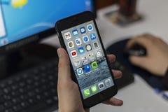 Iphone märkesmobiltelefon arkivfoton