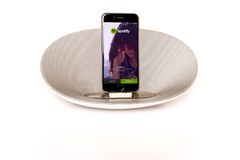 IPhone 6 met luidspreker die Spotify in werking stellen Royalty-vrije Stock Afbeeldingen