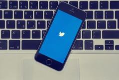 IPhone met Twitter app op macbooklucht Royalty-vrije Stock Afbeeldingen