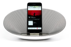 IPhone 6 mit dem Lautsprecher, der Apple-Musik spielt Stockbild