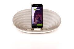 IPhone 6 mit dem Lautsprecher, der Spotify laufen lässt Lizenzfreie Stockbilder