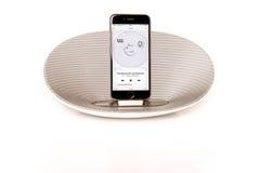 IPhone 6 mit dem Lautsprecher, der U2 spielt Lizenzfreie Stockfotos