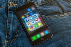 IPhone mit Ikonen des Social Media: instagram, Youtube, reddit, facebook, Gezwitscher, snapchat, whatsapp Anwendungen auf Schirm lizenzfreie stockfotos