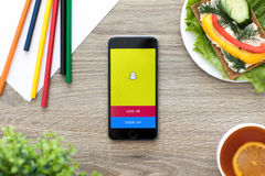 IPhone mit Social Networking-Service Snapchat am Schirm Stockbild
