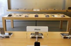 IPhone a montré dans un magasin de pomme Photo libre de droits
