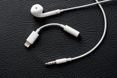 IPhone 7 más - relámpago a 3 auricular Jack Adapter de 5 milímetros 3,5 m Imagenes de archivo