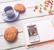 Iphone na białym drewnianym desktop Zdjęcia Royalty Free