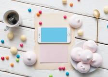 Iphone na białym drewnianym desktop Zdjęcie Stock