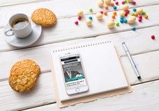 Iphone na białym drewnianym desktop Zdjęcia Stock