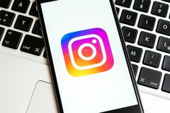 IPhone negro con el logotipo de los medios sociales Instagram en la pantalla fotos de archivo