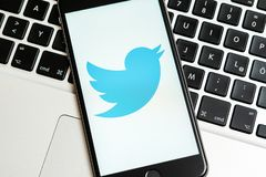 IPhone negro con el logotipo de los medios sociales Twitter en la pantalla imágenes de archivo libres de regalías