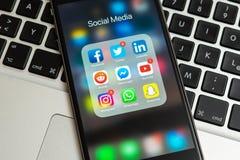 IPhone negro de Apple con los iconos de diversos medios sociales en la pantalla fotografía de archivo libre de regalías