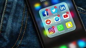 IPhone negro de Apple con los iconos de medios sociales y de diversas etiquetas de los contadores almacen de video