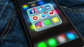 IPhone negro de Apple con los iconos de medios sociales y de diversas etiquetas de los contadores metrajes