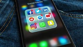 IPhone negro de Apple con los iconos de medios sociales y de diversas etiquetas de los contadores almacen de metraje de vídeo