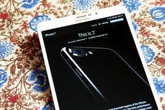 Iphone 7 no Home Page do oficial da maçã Fotografia de Stock Royalty Free