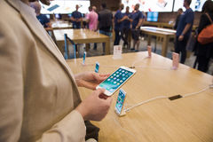 IPhone novo 7 Apple Store positivo Imagens de Stock Royalty Free