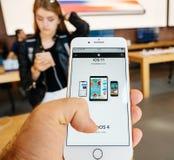 IPhone novo 8 e iPhone 8 sinais de adição em Apple Store com Imagens de Stock