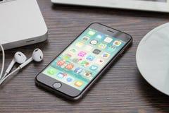 Iphone 6 op werkende lijst Stock Foto