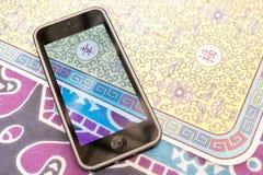 Iphone5 på tappningkinesbakgrund Arkivbild
