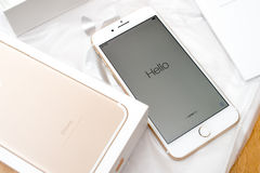 IPhone 7 plus dubbele camera die hello in diverse talen unboxing Royalty-vrije Stock Afbeelding