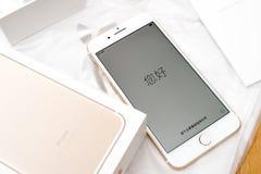 IPhone 7 plus dubbele camera die hello in diverse talen unboxing Stock Foto's