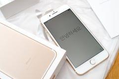 IPhone 7 plus dubbele camera die hello in diverse talen unboxing Stock Afbeeldingen