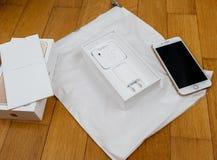 IPhone 7 plus dubbele camera die het volledige unboxing nieuwe Earpods unboxing en Stock Afbeelding