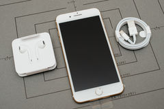 IPhone 7 plus dubbele camera unboxing Bliksem aan 3 5 mm-Hoofdtelefoon Royalty-vrije Stock Afbeelding