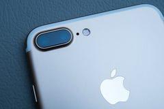 IPhone 7 plus dubbelkameran som unboxing - bästa smartphonekamera Fotografering för Bildbyråer