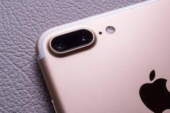 IPhone 7 plus dubbelkameran som unboxing - bästa smartphonekamera Arkivbild