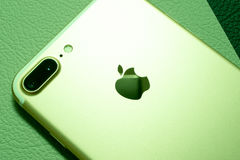 IPhone 7 plus dubbelkameran som unboxing - bästa smartphonekamera Arkivfoton