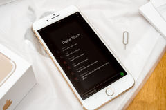 IPhone 7 plus dubbelkameran som unboxing det nya meddelandet - digitalt handlag Royaltyfri Bild
