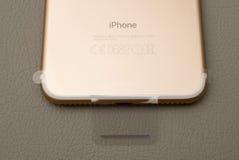 IPhone 7 plus dubbelkameran som unboxing graved märke på den guld- telefonen Royaltyfri Fotografi