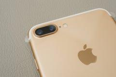 IPhone 7 plus dubbelkameran som unboxing lins för kamera två och plast- f Royaltyfria Bilder