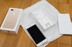 IPhone 7 plus dubbelkameran som unboxing mycket unboxing nya Earpods och Arkivfoton
