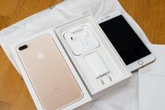 IPhone 7 plus dubbelkameran som unboxing mycket unboxing nya Earpods och Arkivfoto