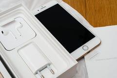 IPhone 7 plus dubbelkameran som unboxing mycket unboxing nya Earpods och Royaltyfri Foto