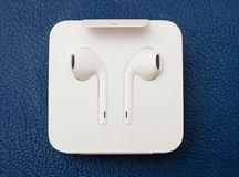 IPhone 7 plus dubbelkameran som in unboxing nya Apple Earpods Airpods Royaltyfri Fotografi