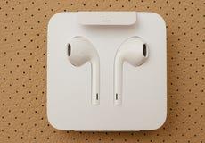 IPhone 7 plus dubbelkameran som in unboxing nya Apple Earpods Airpods Arkivfoto