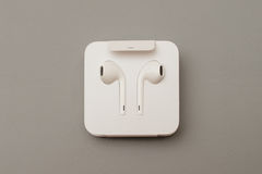 IPhone 7 plus dubbelkameran som in unboxing nya Apple Earpods Airpods Arkivbilder
