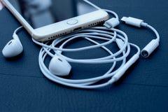 IPhone 7 plus dubbelkameran som unboxing nya earpods Arkivbild