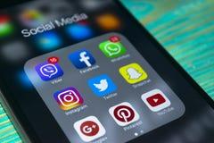 iphone 7 plus med symboler av socialt massmedia på skärmen på den blåa trätabellen Smartphone för Smartphone livstil Startande so Royaltyfri Fotografi