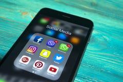 iphone 7 plus med symboler av socialt massmedia på skärmen på den blåa trätabellen Smartphone för Smartphone livstil Startande so Royaltyfri Foto