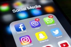 iphone 7 plus med symboler av socialt massmedia på skärmen Smartphone för Smartphone livstil Startande socialt massmedia app Royaltyfria Bilder